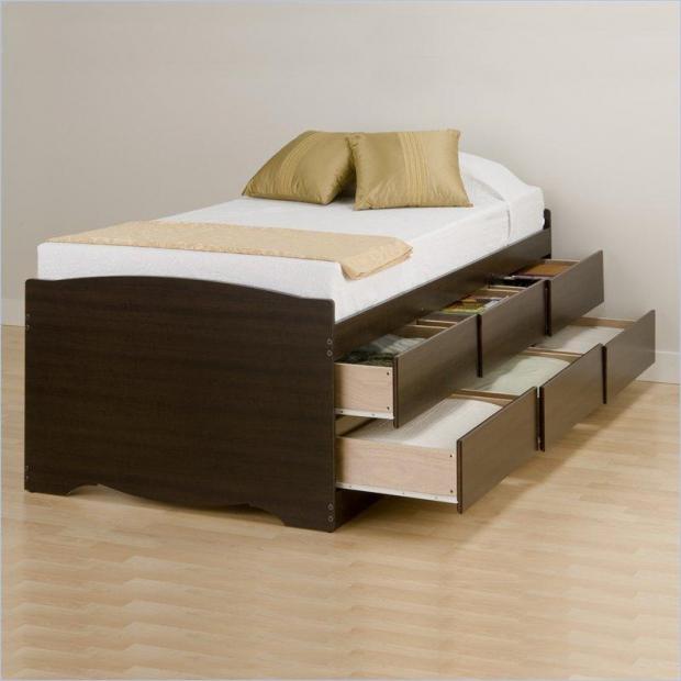легло с чекмеджета-